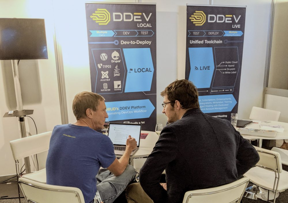 Randy Fay working with a DDEV user at the DDEV booth DrupalCon Amsterdam